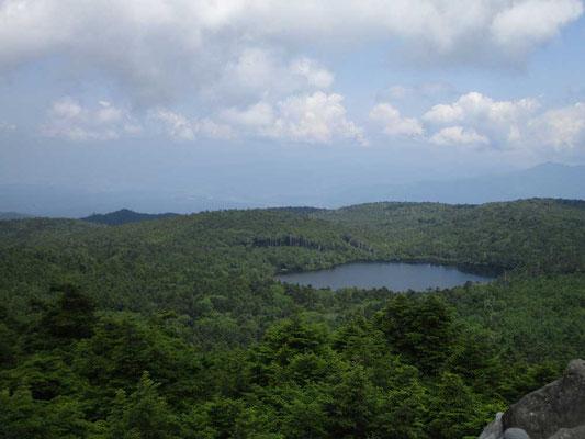 白駒池を見下ろします 遠方は猛暑で?霞んでいます