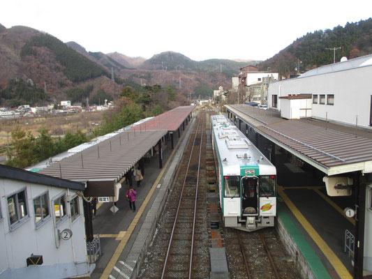 鳴子温泉駅にて陸羽東線「湯けむりライン」乗継での乗り換え 湯けむりラインと言う通り、多くの温泉が沿線にあります