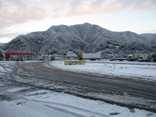 談合坂SAを出発時の様子 馴染みの山もとてもカッコよく見える