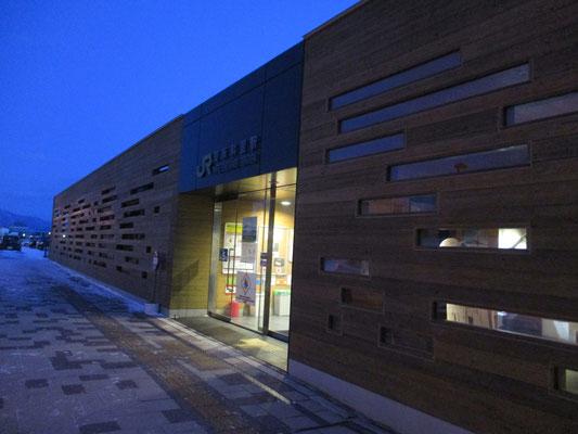 改修された知床斜里駅は木を組み合わせた何ともモダンな駅舎に変身していた