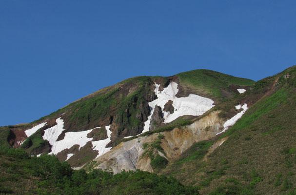 残雪と緑のコントラスト そして火山の荒々しい姿