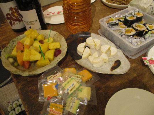 オープニングパーティーの様子2 何気に支度し始めると、いつの間にかテーブルが賑やかに!