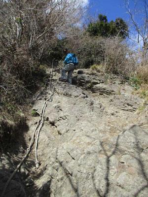 岩場 こんな感じ でも写真で見るほどではなく適当に登り降りできるのです