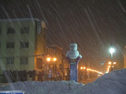 翌早朝、始発に乗るために暗い内に出向いた駅では雪だるまも降りしきる雪のなかで頑張っていました