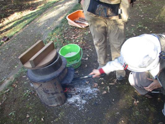 現地で調理組の会員3人が大活躍でおいしい芋煮を作ってくれました