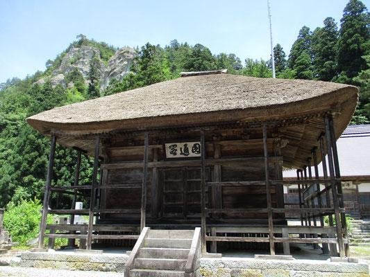 県文化財になっている茅葺きの成法寺観音堂