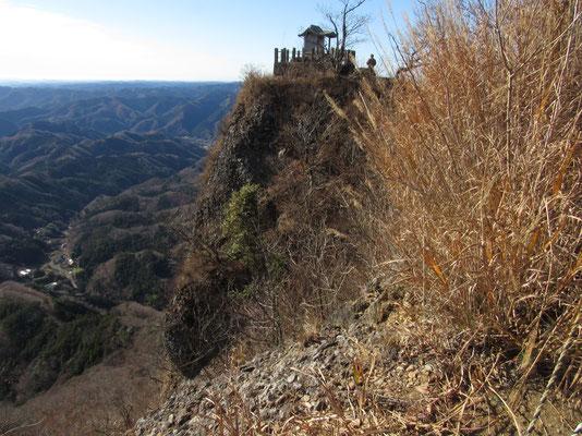 切り立った岩場の山頂祠