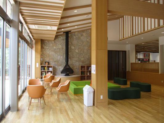 木材で出来た建物、ゆったりとオシャレな憩いの空間 ここの暖房設備はペレット(間伐材を利用した燃料)のストーブが設置されていました