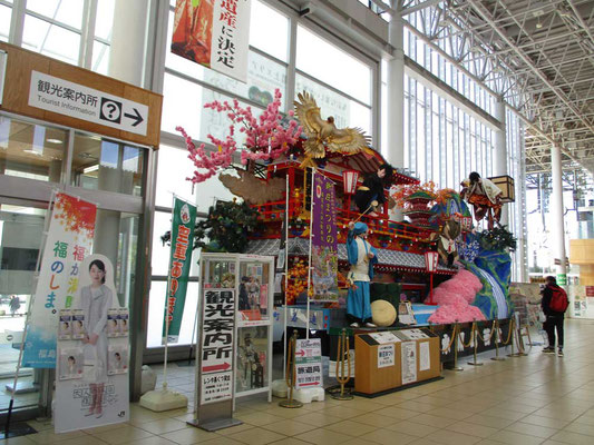 到着した終点の新庄駅 新庄まつりの屋台が駅構内に展示されていました