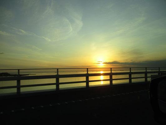 帰路には千葉側のアクアラインから美しい夕日を望めた