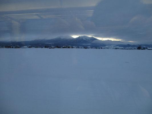 美瑛ではずっと見えなかった十勝連山が車窓からしばし眺めることができました