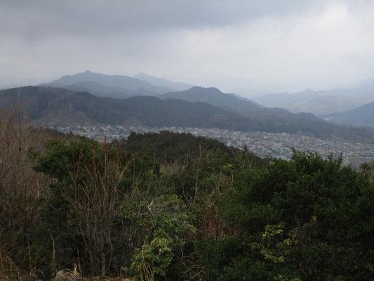 霞がかかった空模様のおかげで遠方の山が隠され、ちょうどよく近い山の姿が墨絵のように美しく見えました