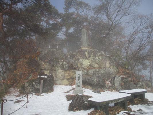 一旦出た山頂には奇岩の上に立派な神社が祀られていてビックリ