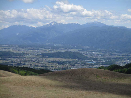 大きく南アルプスが見通せました 中央の三角は甲斐駒ケ岳、右の残雪の山は仙丈ヶ岳です