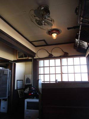 駅舎のなかになる「停車場」というカフェの店内 あたかも古い車両のなか