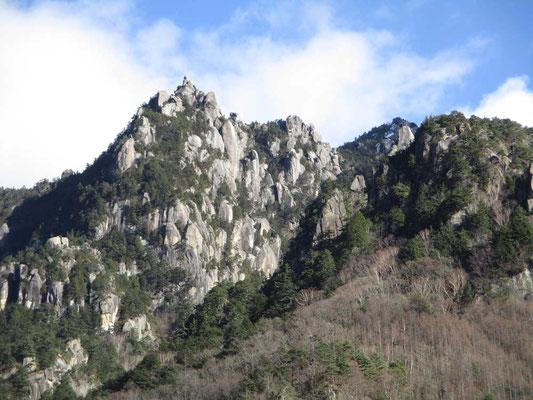 迫力満点な瑞牆山の岩峰群 初めてではないのに、やはりこの世のものとは思われない…
