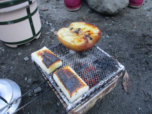 ちょっと焦げた餅と、焼きリンゴを作っています