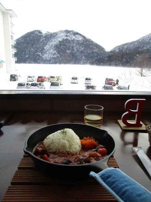 お昼には然別湖畔まで戻り、ネイチャーセンターが二階で営んでいるレストランへ 窓越しに見えるのは然別湖で有名な「くちびる山」