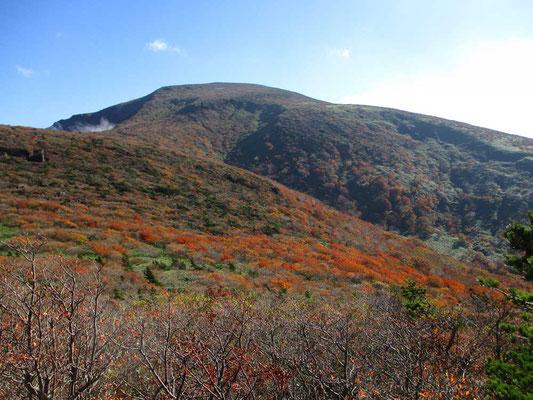 午後の光を浴び、紅葉が映える鉄山