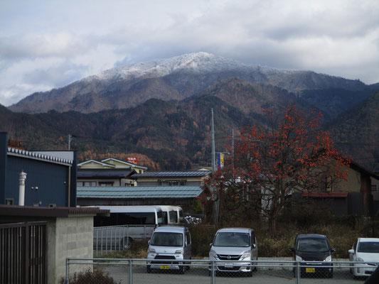 ゆっくり作品を見た後は東根を後にして、奥羽本線を北上し新庄に向かいます この山は村山駅から見えた端正な甑岳(こしきだけ) いつか登りに来たいと思わせる山です