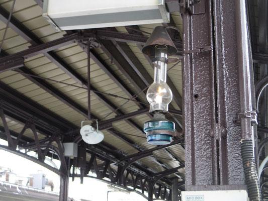 小樽駅の構内には北一硝子のランプでしょうか? 柱ごとに美しいランプが飾ってありました
