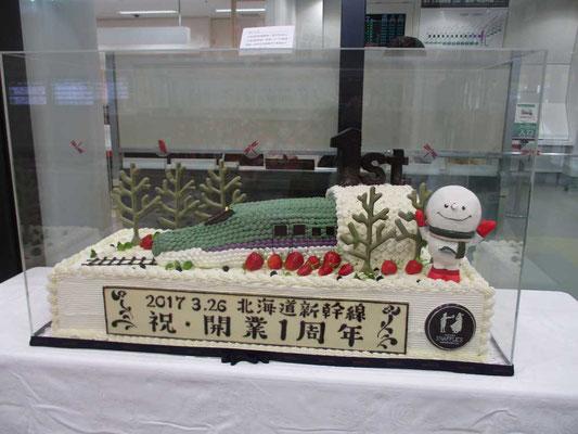 新函館北斗駅 新幹線改札内に飾ってあった手づくりケーキ、本物だそうです ほとんどの人は気にも留めずにいますが、制作はさぞかし大変だったと思います