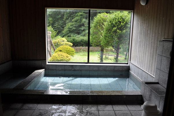 恐る恐る入っていった奥の建物 中はとてもきれいな木造のホッとする湯屋でした 本当にこんな所に?と思いながら行って、実際はこんなにいい温泉が人知れず(地元では有名かも)あるのには、本当に驚きでした それにしてもよくこんな所見つけました