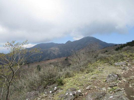 高原山 見晴らしコース一番の展望、釈迦ヶ岳を望みます
