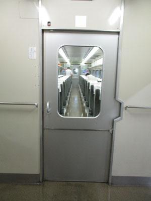 扉は手動っぽいけど自動ドアです