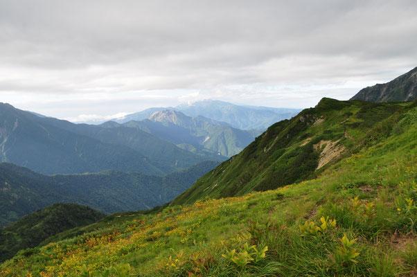弓折乗越に向かうところ ここまで来ると穂高が続く稜線の遠くに焼岳と雲間に乗鞍が見える