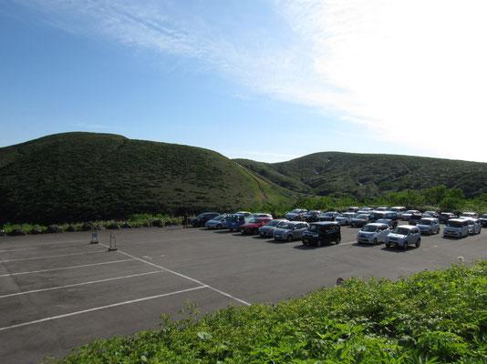 見下ろすと駐車場には次第に車が増えてくる 下山のときには林道の路駐も多くあり、多くの人が来ていたことが分かる
