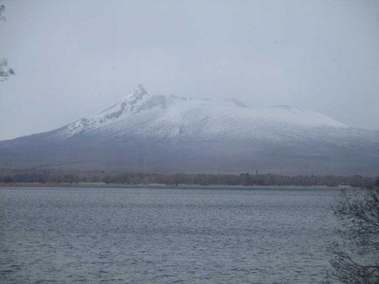 大沼公園近くを通過 まだ寒々しい駒ケ岳です ようやく寒波から抜け出そうとしている道内にやってきました