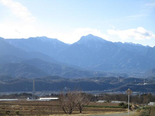 長坂に近づくにつれて、甲斐駒ヶ岳も摩利支天が切れ落ちた様子に見える