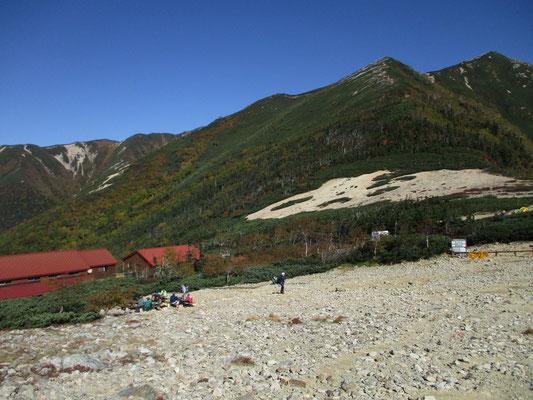 小屋のある乗越まで戻る 約400mの標高差だが、山頂との差は大きく感じる