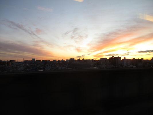 東京駅を始発で出発した時もよい天気 日の出が大都会の空を染めている