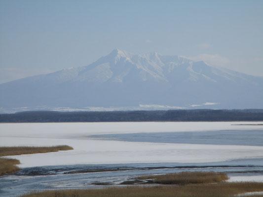 白鳥公園の方に少し上がったところから俯瞰して見た濤沸湖と斜里岳