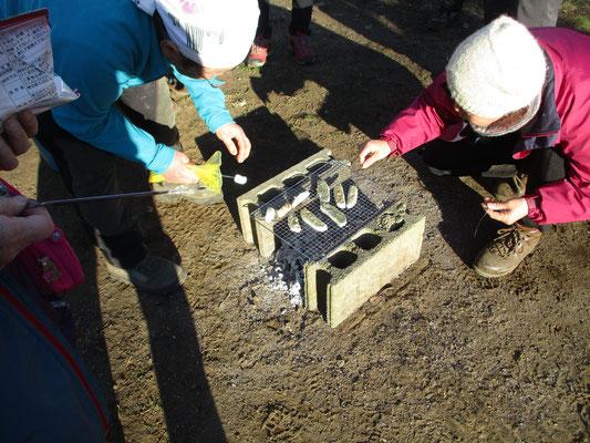 事務局の荻田さんに焚き火の準備をして頂き、会員が用意してくれたカチョカバロ(チーズ)をはじめ、メンバー持参の手作り豆餅を炭火で焼いてご馳走になりました 最高の美味しさ!