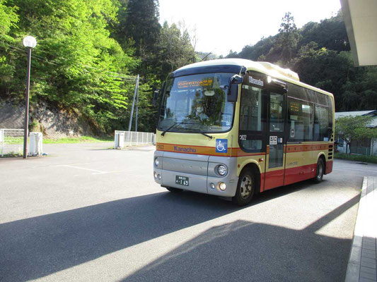 カワユイ神奈中のバス 中は座席が10席ほど この15時台は小学生の通学の為に2本ありますが、あとは平日も午前に1本、午後にあと2本のみです
