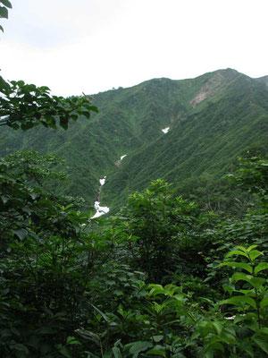 やっと雪渓を抱いた山らしい山が見えてきました