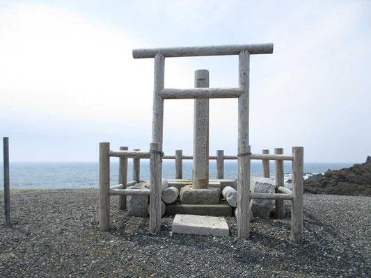 岬の最先端の表示からまた先に行くと、もと襟裳神社だったという石碑が建っていました 村の中の新しい神社が現在のものだったようです