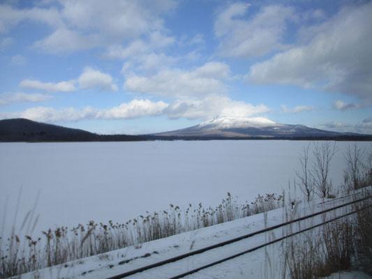 道内も青空が広がりよい天気 真っ白な大沼公園の向こうには美しく駒ケ岳が見える