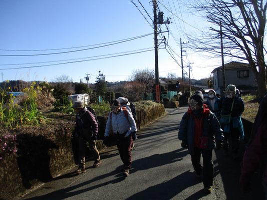 上荻野のバス停から、懐かしさを感じる里山の人家や手入れの行き届いた庭先を楽しみながら登山口に向かう