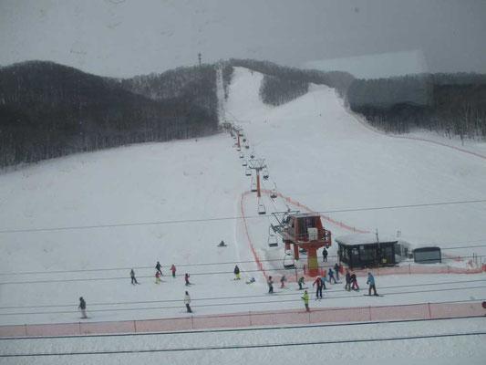 新得駅近くのスキー場 多くの人が楽しんでいました