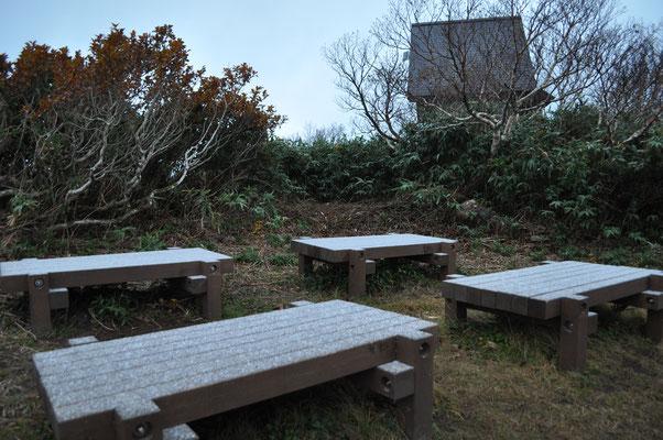 うっすらとベンチに雪が…
