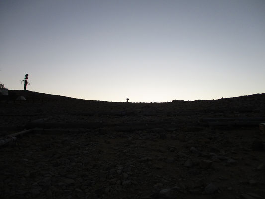 早朝、空が白む常念乗越の緩やかな曲線