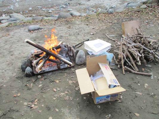 キャンプ場での焚火 今回は乾燥した伐採木がよく燃えました