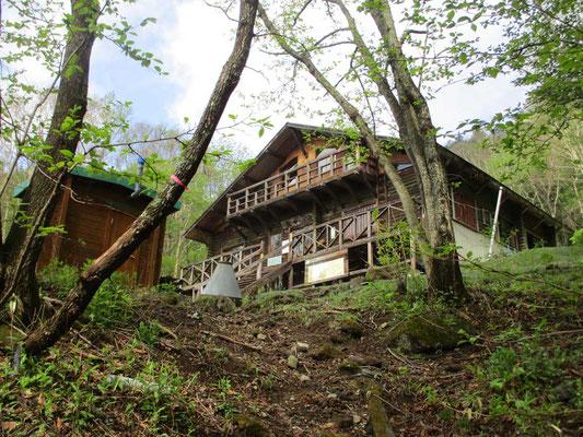 一の鳥居から沢筋を一時間強登ると庚申山荘のある旧猿田彦神社跡に出ます。いよいよここからが岩場の交じる急登の連続となります
