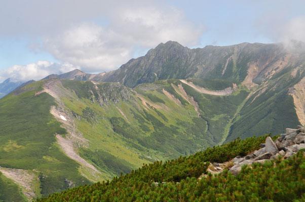 水晶岳は黒岳と言われるように、やはり黒っぽく見える