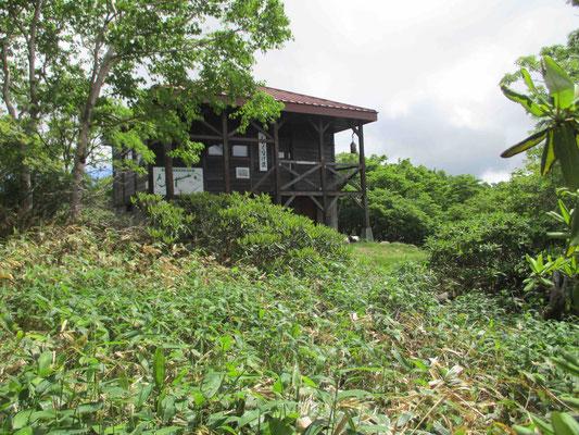 山頂付近に建つ「しゃくなげ荘」