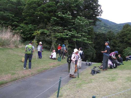 無事、下山口のゴルフ場に到着してホッとしている会員たち